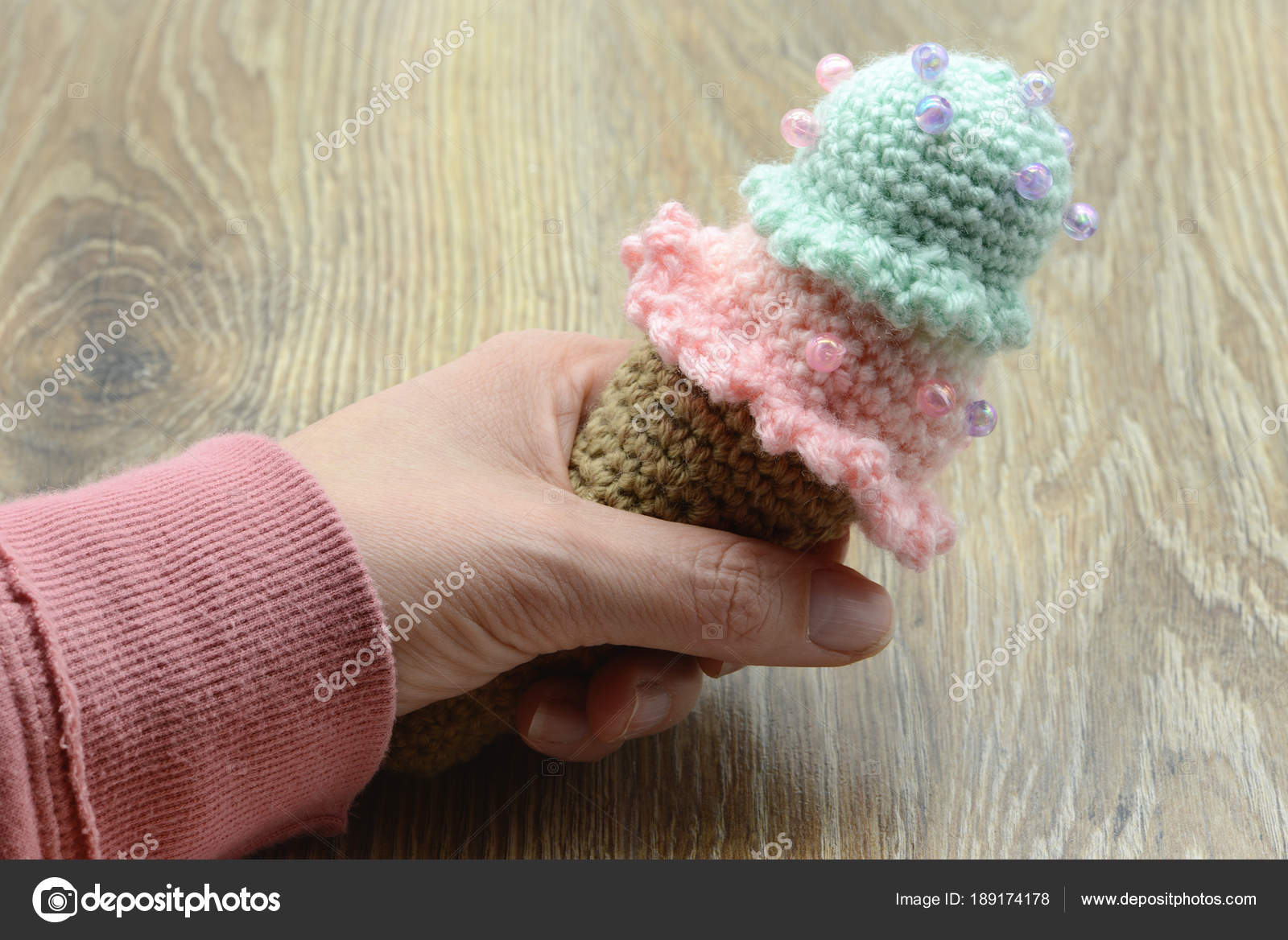Hand Halten Eiswaffel Häkeln Wolle Auf Tisch Gemacht Stockfoto