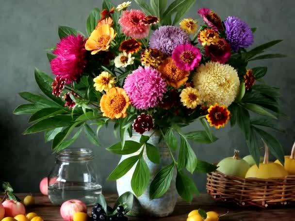 Zátiší s květinami a ovocem v rustikálním stylu. záběry