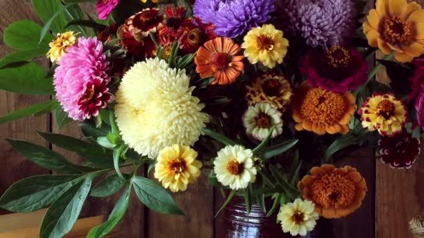 Zátiší s kyticí, jablka, švestky a otevřená kniha