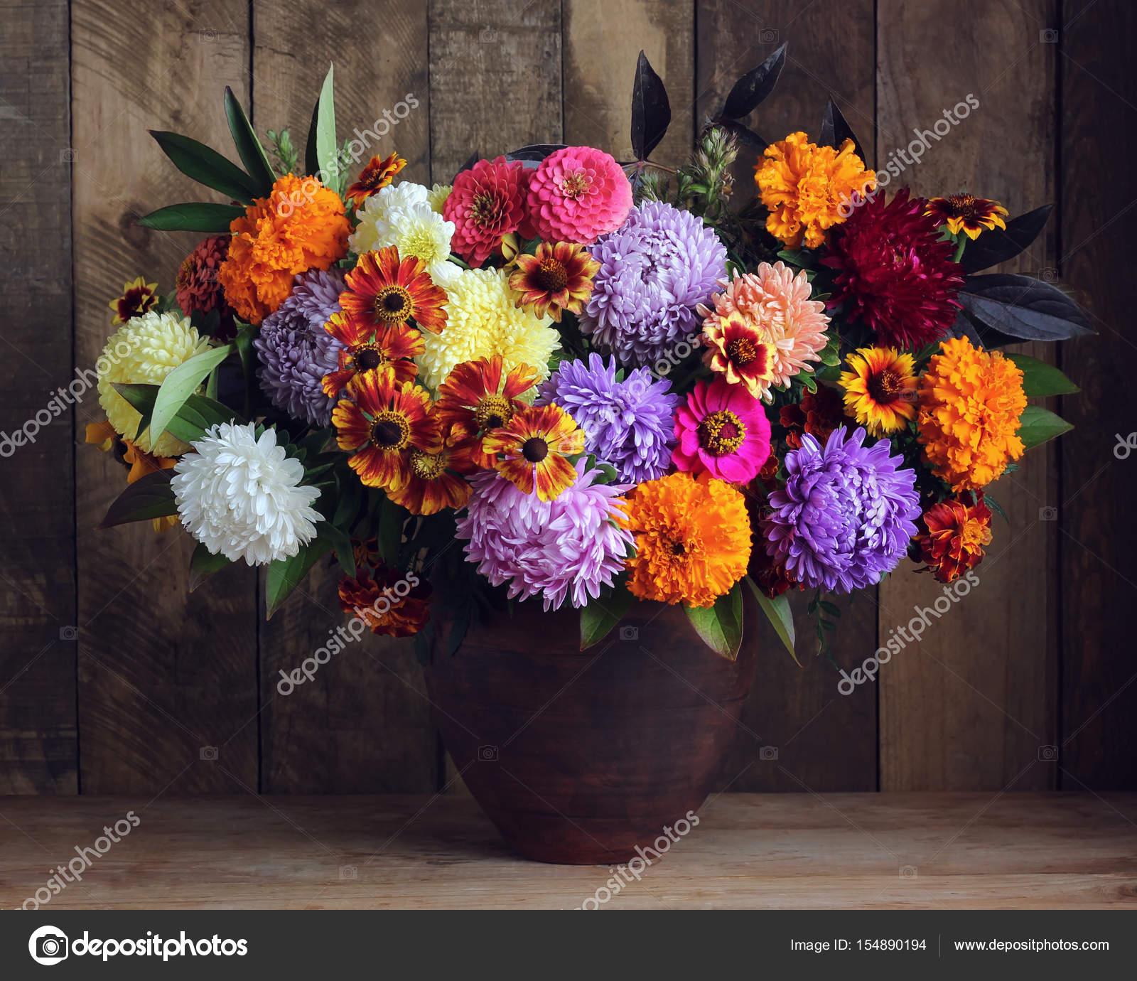 Automne bouquet de fleurs sur fond en bois de jardin — Photographie ...