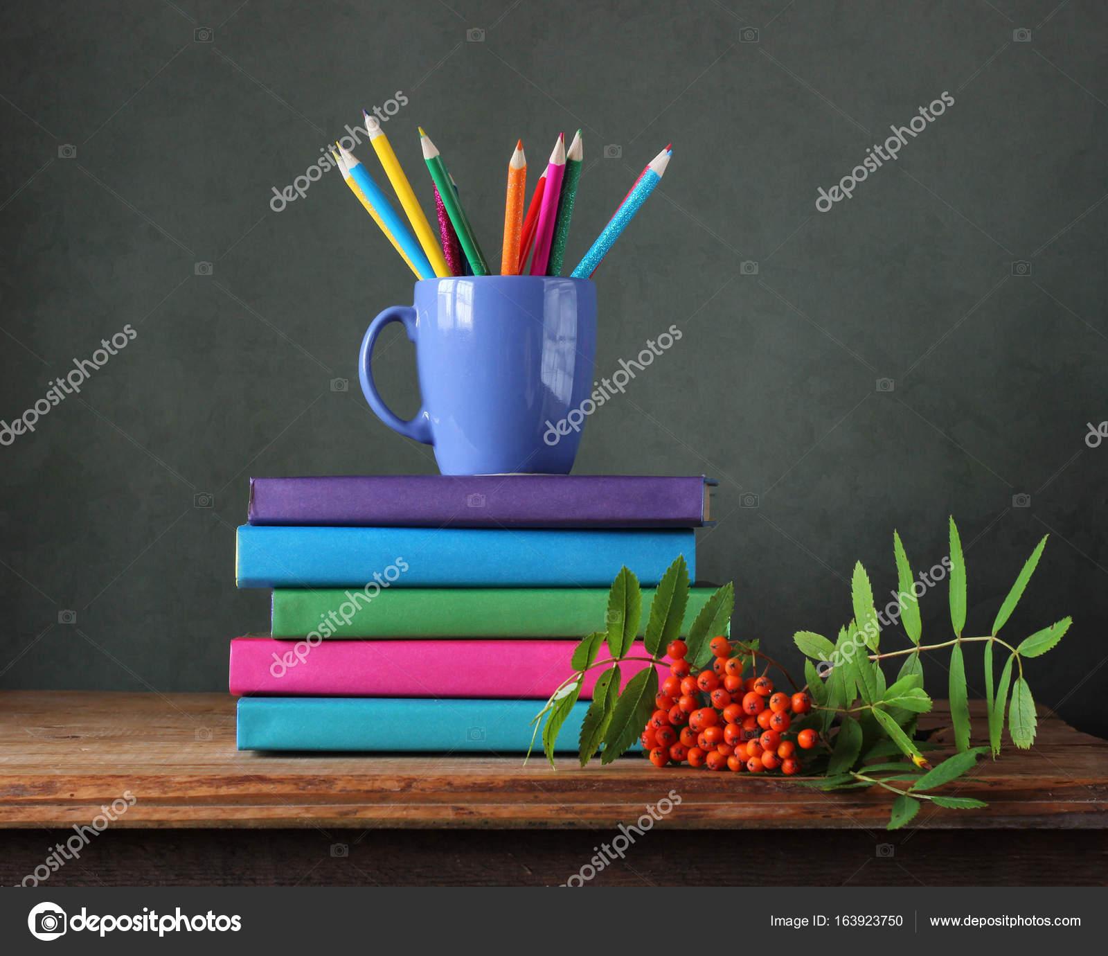 Regreso a la escuela. Lápices de colores y libros sobre la mesa ...