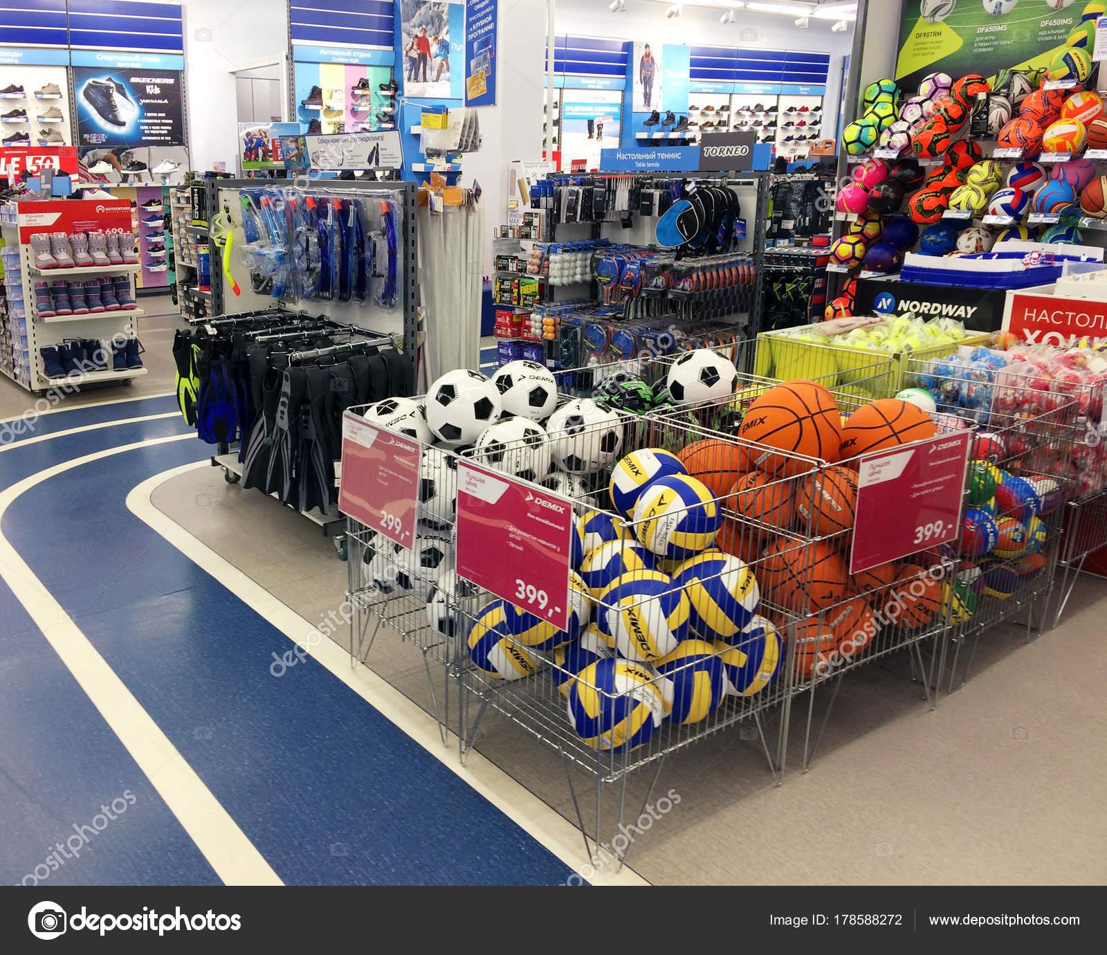 25 декабря 2017 года, Россия, Рыбинск. Магазин спортивных товаров. Мячи для  игры в футбол, баскетбол, волейбол, стойки обуви и спортивные сооружения —  Фото ... d4ad149505d