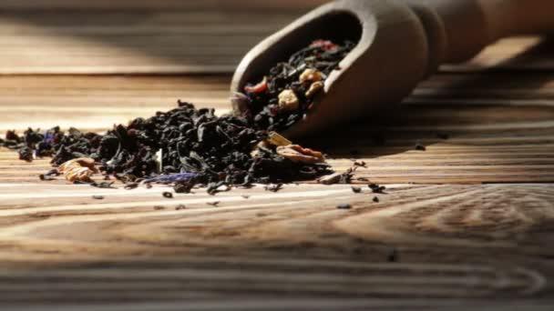 Černý čaj a dřevěné lžíce
