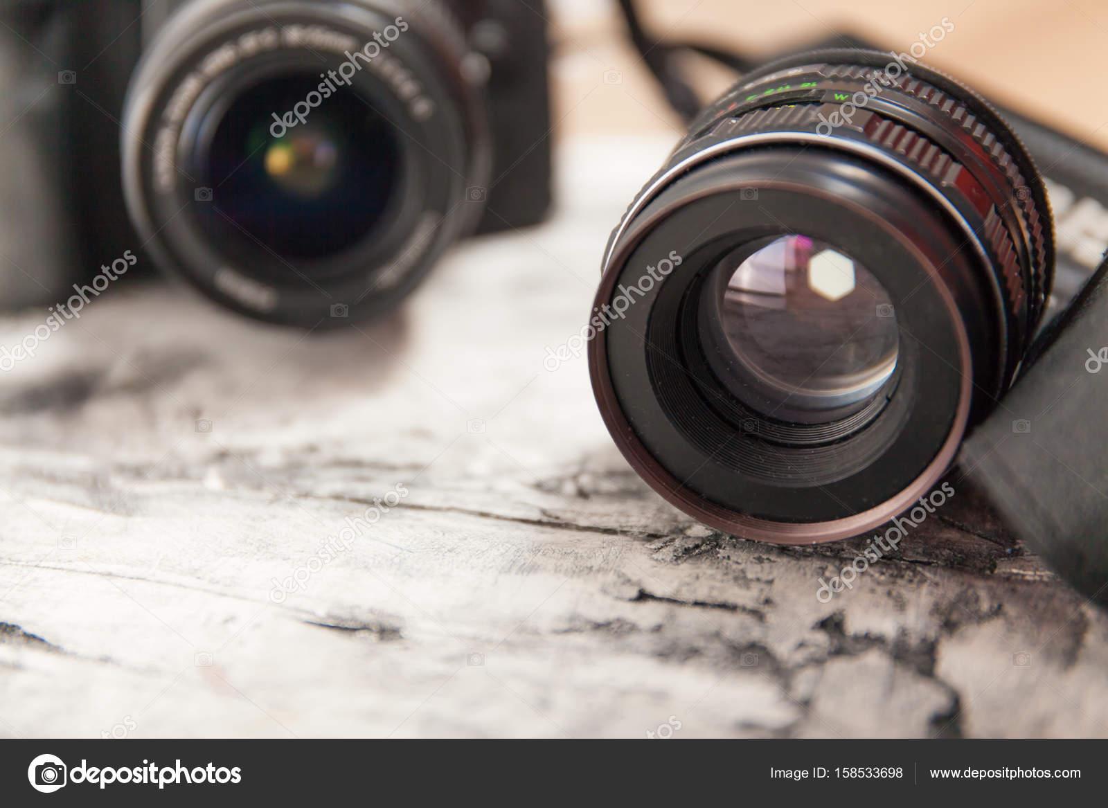 Schreibtisch Len kamera mit objektiv hautnah auf holz schreibtisch stockfoto