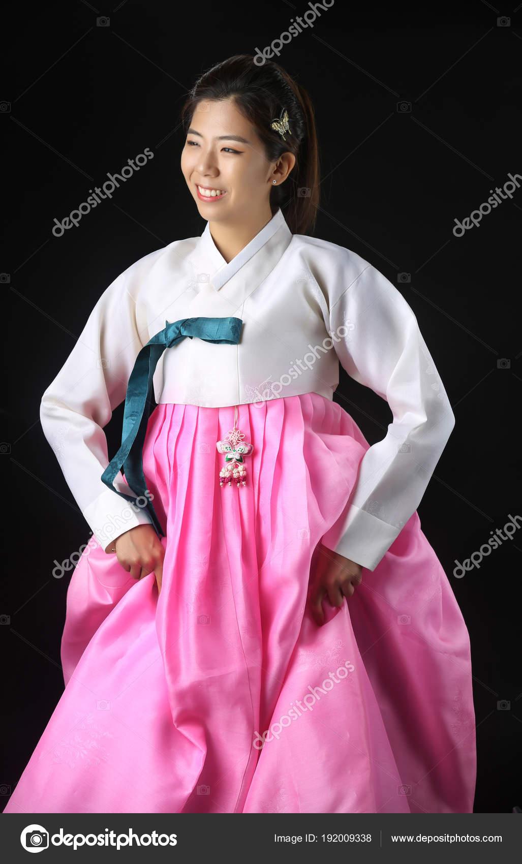 Mujer coreana con el Hanbok, el coreano tradicional vestido ...