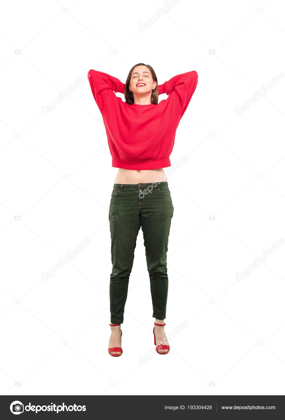 d8616a145 Joven bonita mujer con expresión satisfecha y pose. Persona de recorte de  cuerpo completo contra fondo blanco — Foto de ...