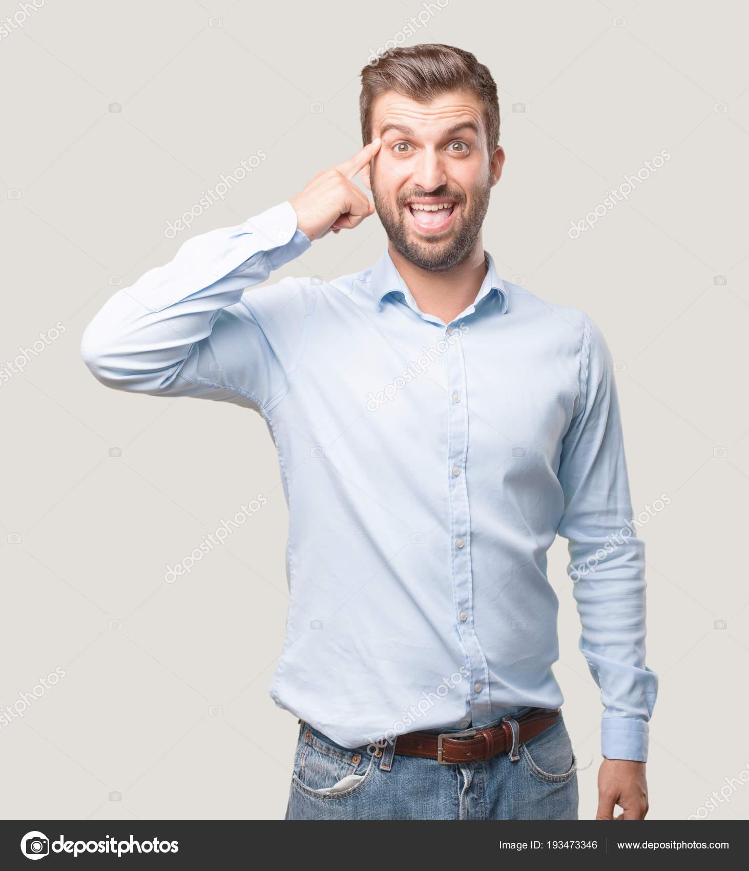 18ec9439800d7 Hombre Guapo Joven Tener Una Idea Sorprendido Vistiendo Una Camiseta — Foto  de Stock
