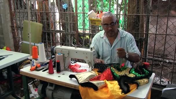 Hombre Cose Detalles Del Traje Tradicional De Carnaval En La Vega