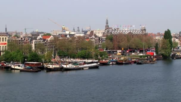 Pohled z vysokého úhlu k průplavu a downtown Amsterdam, Nizozemsko