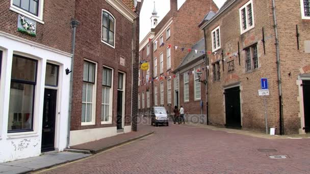 Lidé chodí na ulici středověké město Brielle, Nizozemsko.