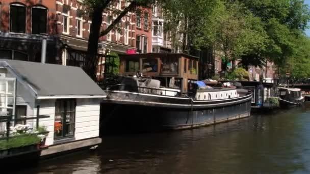 Pohled na čluny na kanál z vyhlídkové lodi v Amsterdam, Nizozemsko