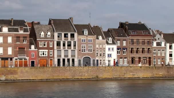 Pohled do historických budovách na břehu řeky Meuse, Maastricht, Nizozemsko