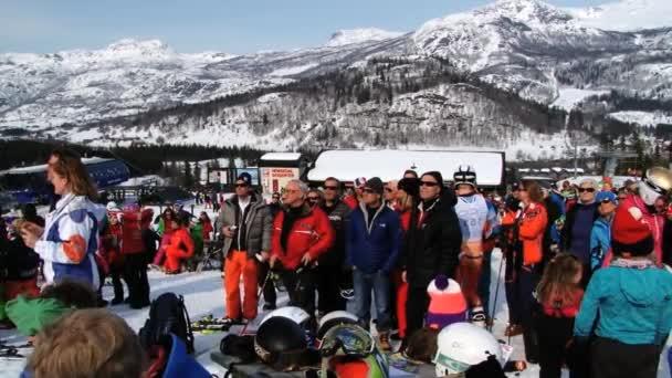 Lidé sledují slalomu v lyžařském středisku ve městě Hemsedal, Norsko