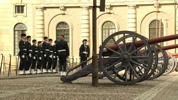 Persone che serve come guardie reali a piedi da Piazza antistante il Palazzo reale, edificio a Stoccolma, Svezia
