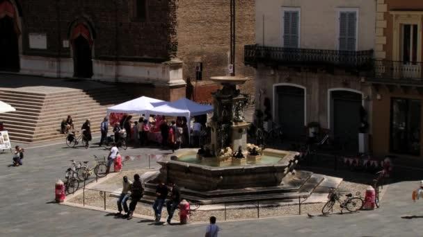 Lidé navštívit hlavní náměstí města Faenza, Itálie.