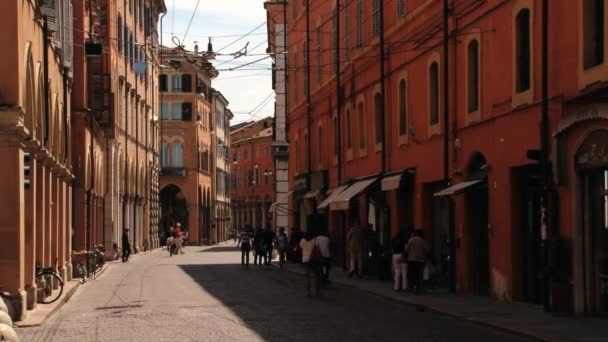 Lidé chodí na ulici v Modena, Itálie.