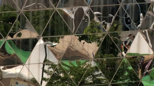 Odraz z neznámých lidí navštěvující Daejeon Expo v moderní skleněné stěny v Daejeonu, v Koreji.