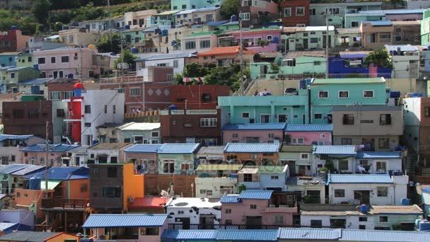 Pohled do barevné malované budovy plody moře v Busan, Korea.