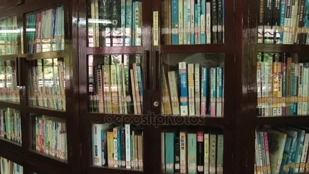 Pohled do knihy police s knihami v čínštině ve veřejné knihovně v Macau, Čína.