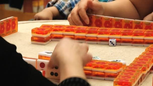 La Gente Juega Al Juego De Mahjong Tradicional En La Calle En Xian