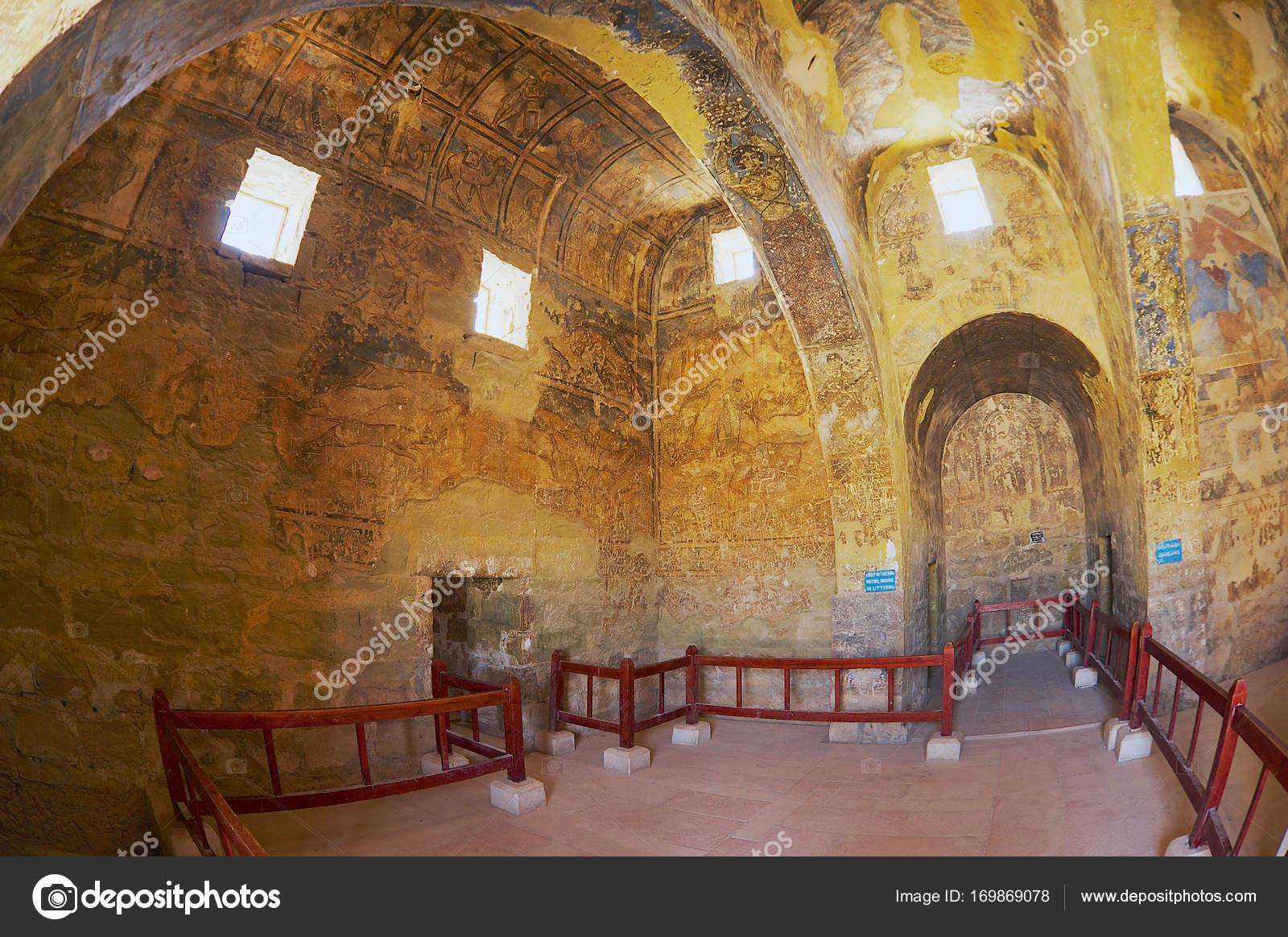Interieur van de oude umayyad woestijn kasteel van qasr amra met