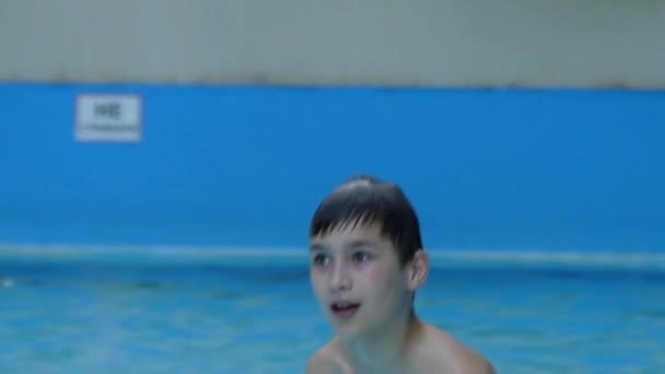 Chlapeček si hraje s vodou. on dělá šplouchání jeho rukou. Zpomalený pohyb.