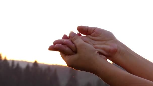 a nő kezét a fénysugarak a nap terjedését a krém.