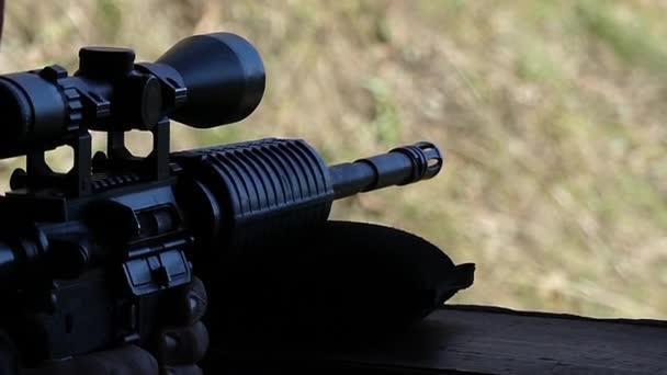 狙撃兵のライフルから撮影する男。スローモーション ...