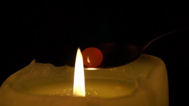 Jeden zapálil svíčku a lžička s Candy