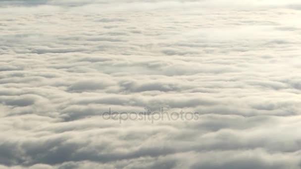 Letecký pohled na okno s nadýchanými mraky. .