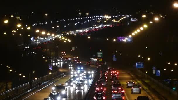 eine nächtlich beleuchtete Autobahn in Polen.