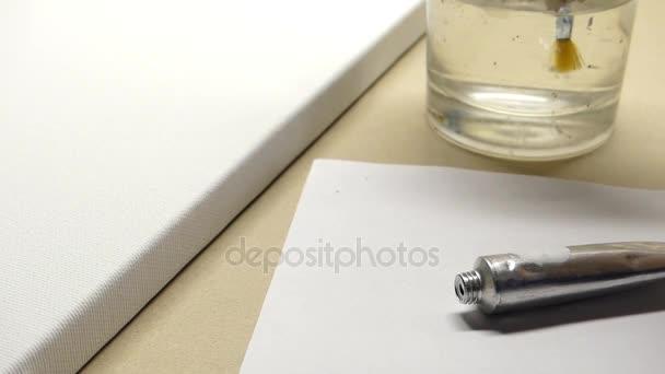 egy kéz, egy pohár vizet, egy fehér papírlapra közeli lakás tipp ecset tisztító.