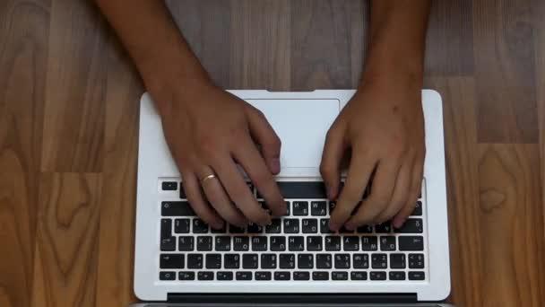 Dvě ruce, psát rychle na stříbrný pohledu klávesnice.