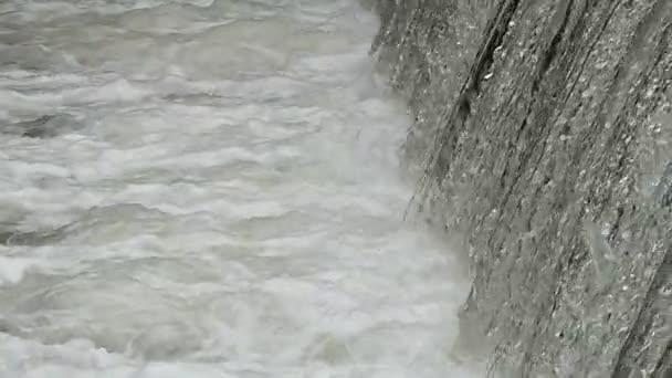 der mächtige Fluss des Wasserfalls in Zeitlupe.