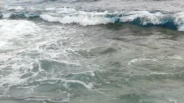 Mesés habos kifröccsenésekor takarító hullámok a Vörös-tenger strandjától, egy napsütéses napon, őszi.