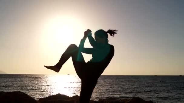 Dívka je cvičit bojové prvky útočí za úsvitu