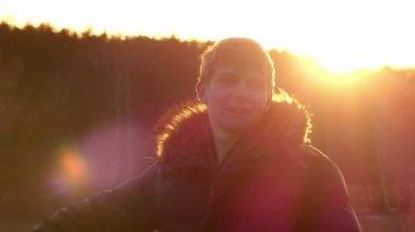 a fiú azt mutatja, egy gesztus minden rendben alatt a naplemente a lassú mozgás