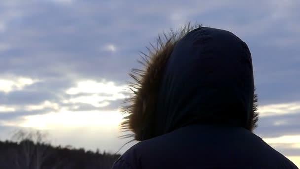 be1043f134f Ο άντρας με την κουκούλα στέκεται με την πλάτη στην κάμερα για το ιστορικό  της φύσης κατά το ηλιοβασίλεμα σε ...