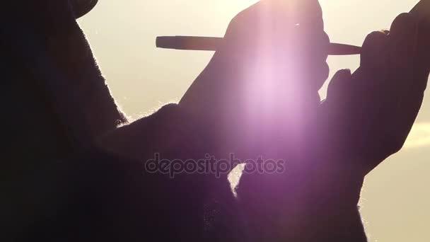 Osoby, osvětlena sluncem, drží Notebook a zapisoval něco s perem