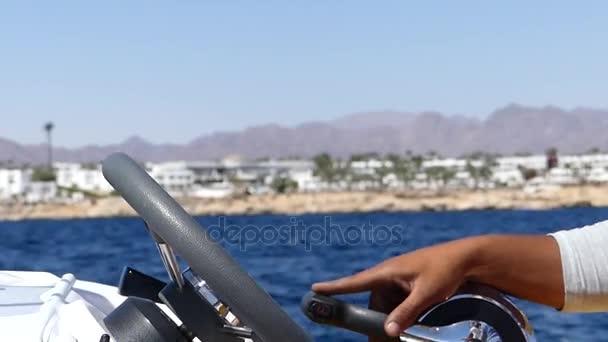 Volant, spravuje kapitán vládnoucí motorový člun