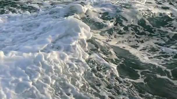 Hatalmas hullámok, a Vörös-tenger borított habos címerek, egy napsütéses nyári nap