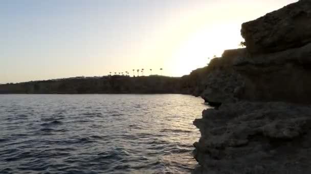 Mountaneous sahil ve bir satır, palmiye ağaçlarının bu yaz aylarında gün batımında Mısır