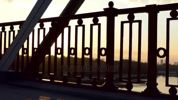 Pan Shot nádherný západ slunce na mostě přes řeku v létě v pomalém pohybu
