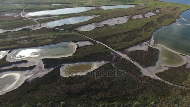 4 k letecký snímek ostrova písečné pláže se spoustou bazénů v létě