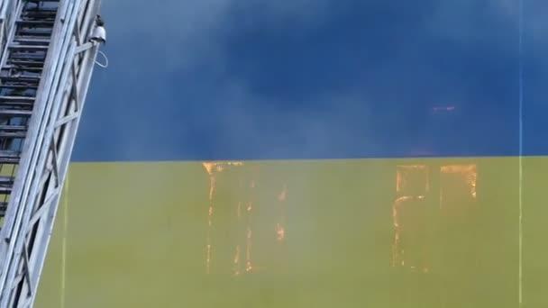 Moderne metalen trap nadert een hoog object in vlam u stockvideo