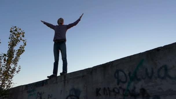 Riskanter Mann genießt sein Leben auf einer Großbaustelle in Kiew.