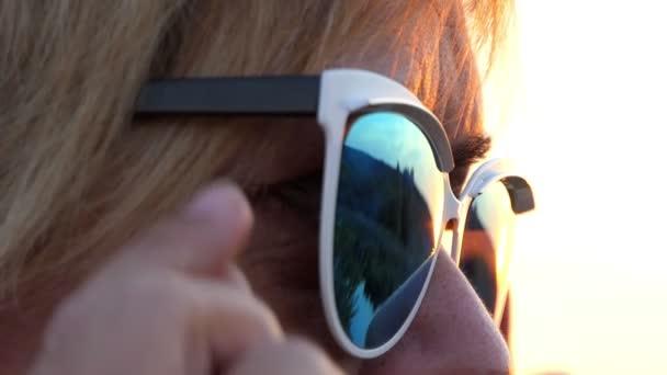 Tiro De Cerrar Mujer Que Las Al Sol Gafas Ojos Quitarse DI29HWE