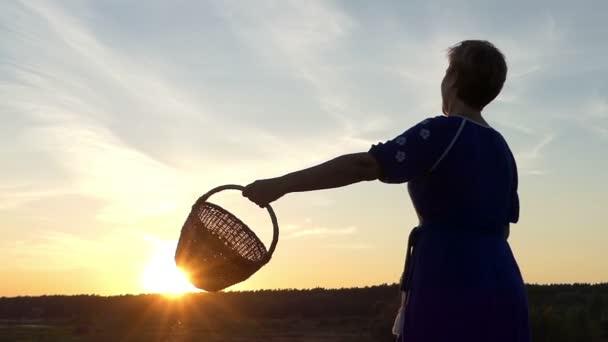 Šťastná žena-vlny proutěný koš při západu slunce v slo-mo