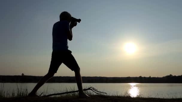 Kameraman pořídí nádherné sunpath na jezeře při západu slunce v slo-mo
