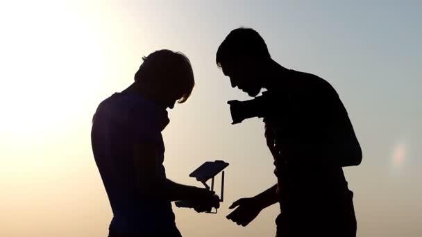 Zwei Männer betrachten eine Drohne Systemsteuerung in Slo-mo